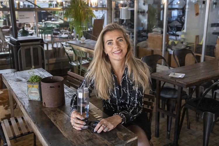 Manon van Leeuwen (oprichster Zustainabox) zit in een café
